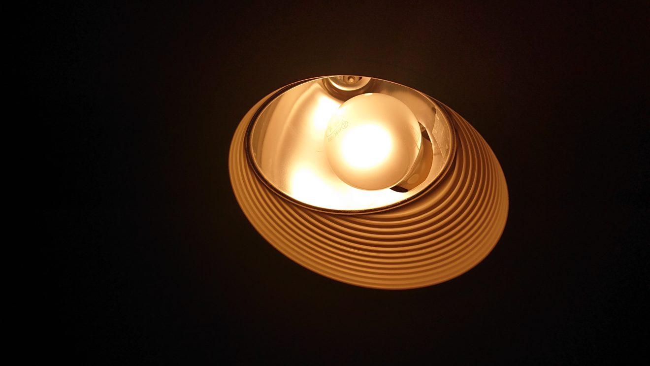 暑さのせいか?寿命か?シアタールームの白熱電球の交換